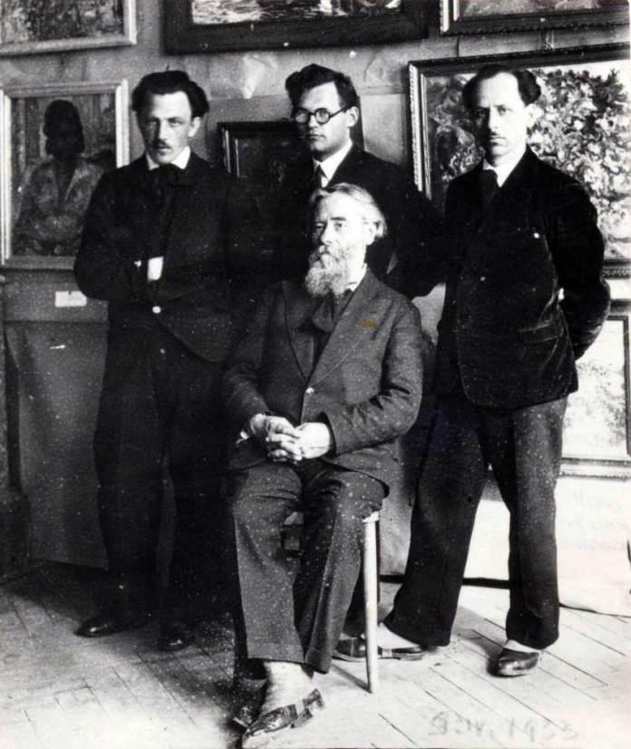 Михайло Мороз (стоїть крайній ліворуч) з учителем Олексою Новаківським та товаришами Антоном Малюцею і Григорієм Смольським на відкритті виставки у Тернополі. Світлина 1933 р.