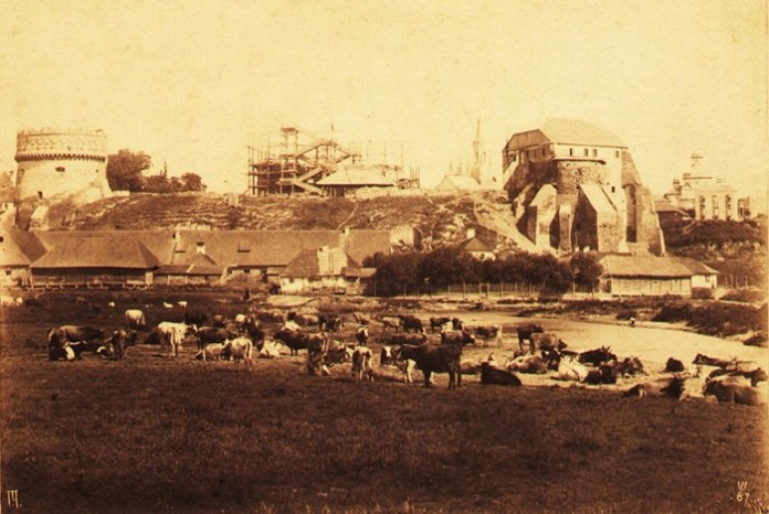 Вид на Замкову гору. Риштування на руїнах, підготовка до відбудови