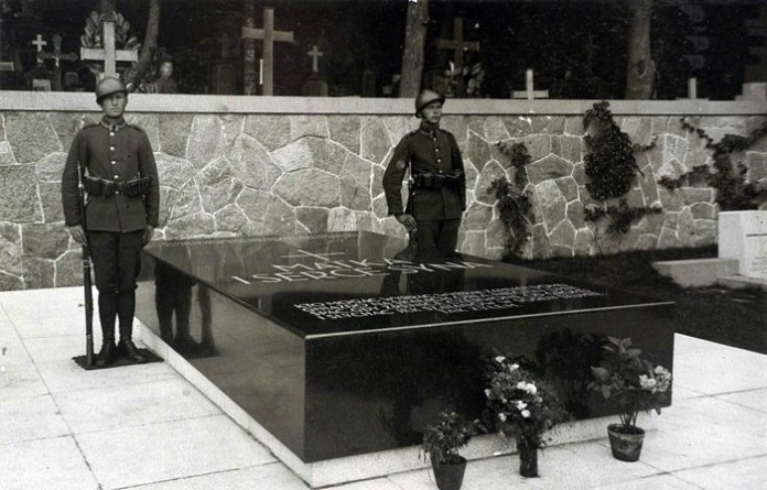 """""""Матір і серце сина"""" – напис на надгробній плиті з могилою матері Пілсудського і його серця. Кладовище у Вільнюсі"""