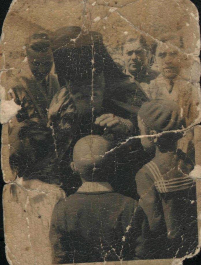"""Учні """"мазепинки"""" зустрічають владику Полікарпа біля української церкви. Рівне, 1930-і рр"""