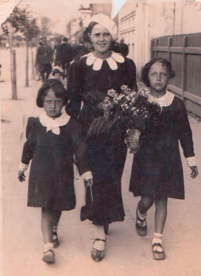 Ліда і Валя Дзіваки з тіткою на День матері Рівне 1936 р