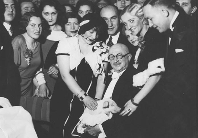 Новорічний бал у ресторані Adria у Варшаві в грудні 1932 року. Директор Францішек Мошковіч в оточенні гостей