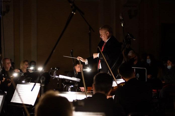 Теодор Кухар диригує Академічним симфонічним оркестром Львівської філармонії