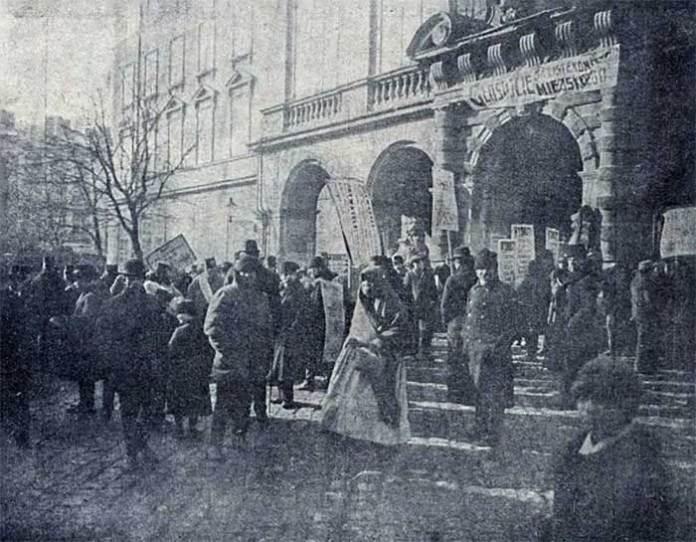 Натовп агітаторів перед ратушею у Львові. Nowości Illustrowane, 1911 рік