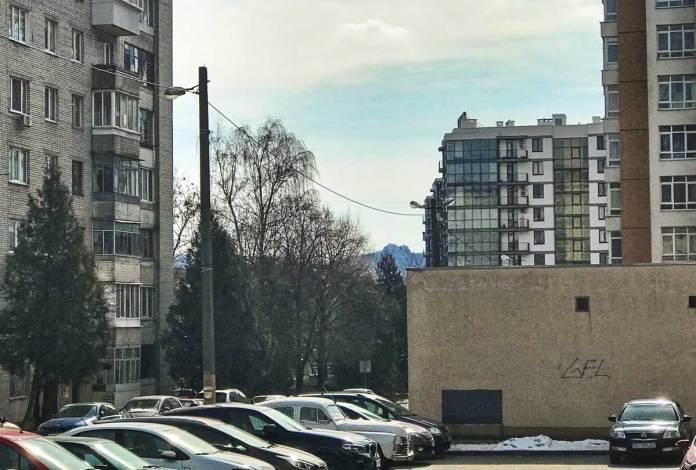 Вид на Лису гору з вулиці Інструментальної. Автор Zommersteinhof