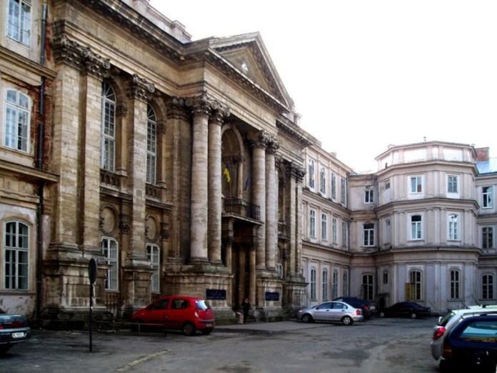 Головний корпус Львівської обласної клінічної лікарні на вулиці Чернігівській, 7 – тут із 1983 року працює відділення хронічного гемодіалізу