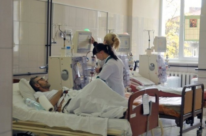 У діалізному залі відділення хронічного гемодіалізу Львівської обласної клінічної лікарні після встановлення апаратів «штучна нирка» моделі «CorDiax 5008S» виробництва німецької компанії «Fresenius»