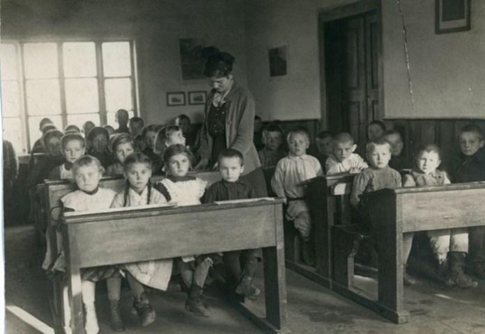 Вчителька Савина Сидорович разом із учнями, Володимир-Волинський, 1916 р.