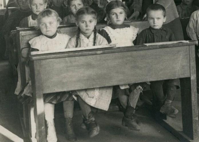 Учні української школи у Володимирі-Волинському, 1916 р.Учні української школи у Володимирі-Волинському, 1916 р.