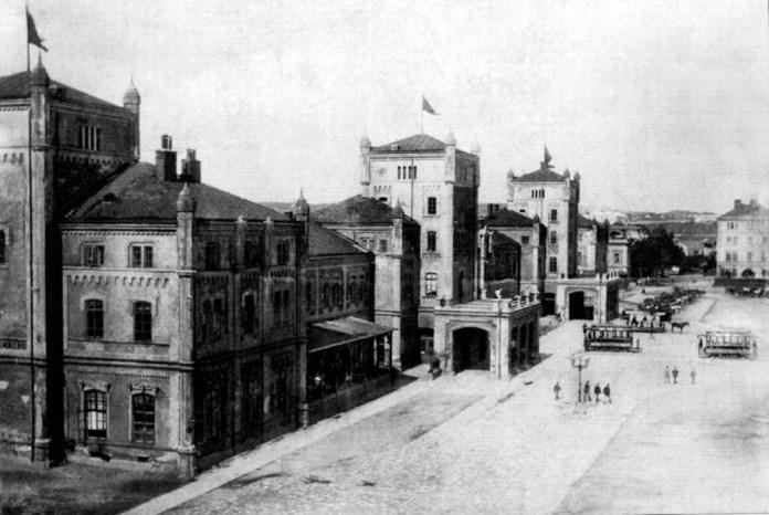 Перший залізничний вокзал Львова, збудований у 1861 році за проектом Людвіка Вежбицького. Фото 1894 р.