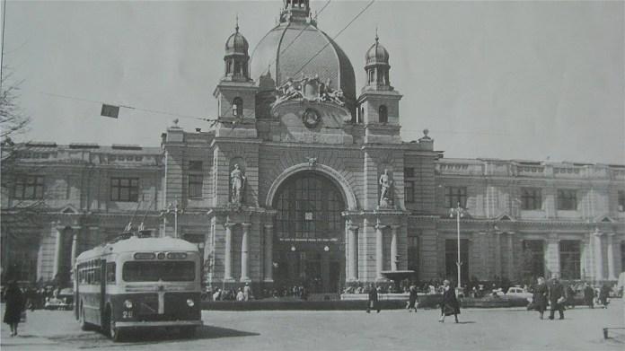 Тролейбус МТБ-82Д у Львові біля Головного вокзалу 1960 р.