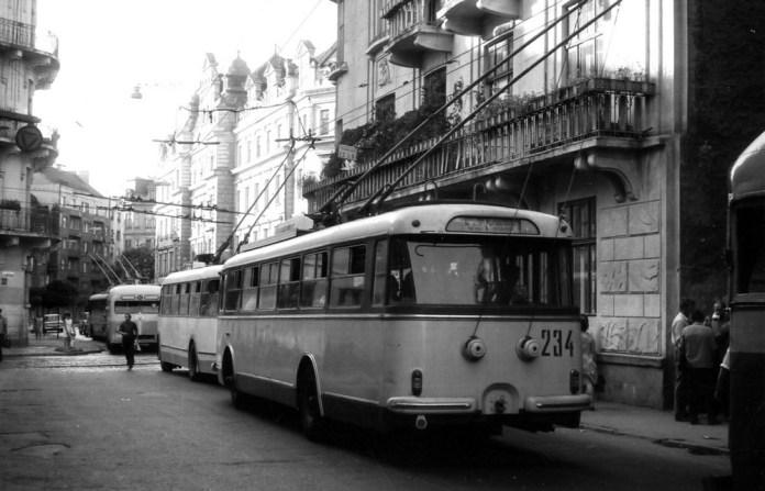 Зустріч тролейбусів трьох поколінь – МТБ-82Д, «Київ – 4» та «Skoda 9Tr». Фото 1971 року. Автор Гаральд Нейзе