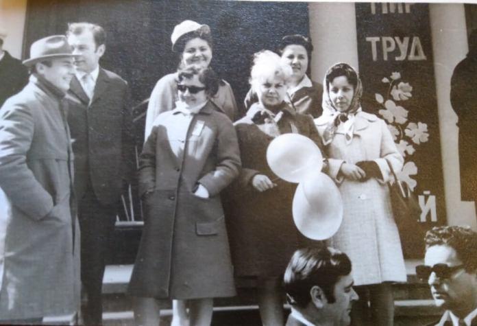 На Перше Травня з колегами по театру, початок 1960-х. Алла Логошовець – крайня праворуч