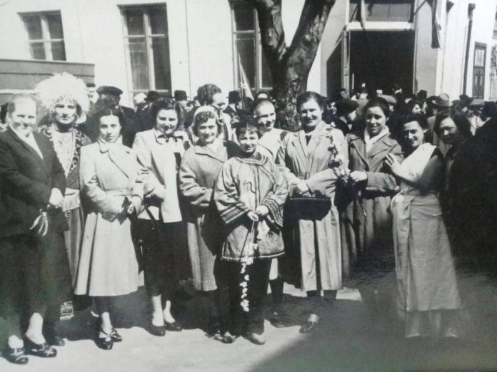 Трупа Рівненського театру на Поштовій, середина 1950-х. Алла Логошовець у першому ряду третя ліворуч
