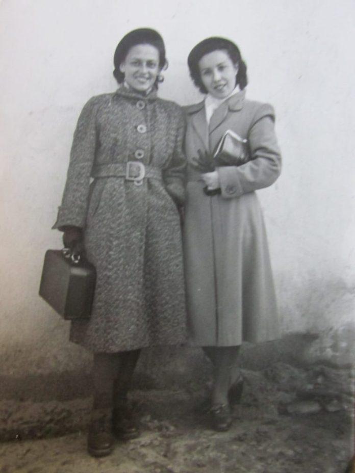 Після репетиції біля театру на Поштовій Алла Логошовець (праворуч) і Тетяна Куровська