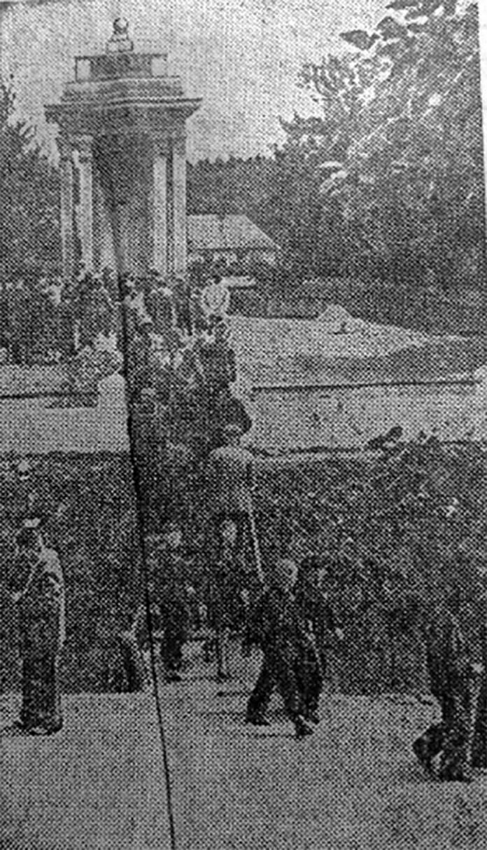 Туристи-краєзнавці біля пам'ятної арки на місці, де стояла садиба Франків. Фото І. Картузова, 1 вересня 1956 р. [22]