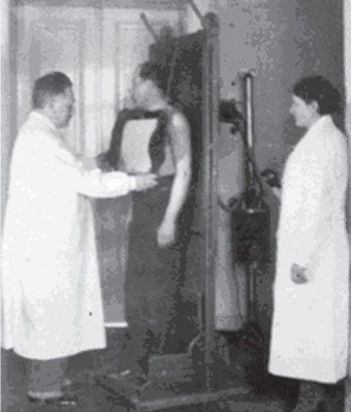 Лікар Мар'ян Панчишин проводить рентгенологічне дослідження пацієнту, недужому на туберкульоз, 1920-ті рр.