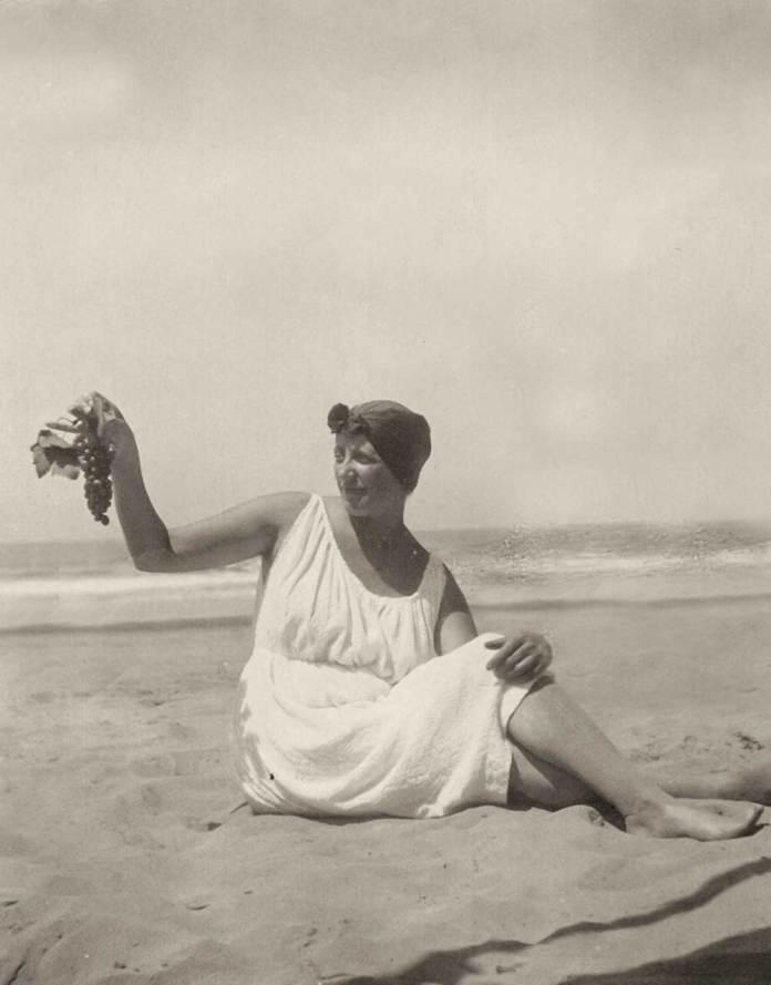 Соломія Крушельницька на березі моря. Віареджо, 1920-і рр.