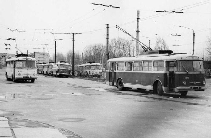 На цьому фото серед тролейбусів «Skoda 9Tr» зліва можна побачити тролейбус із інвентарним № 180 – це перший у Львові тролейбус «Skoda», переданий у 1969 році із Чернівців. 28 березня 1977 року. Автор фото – Ааре Оландер