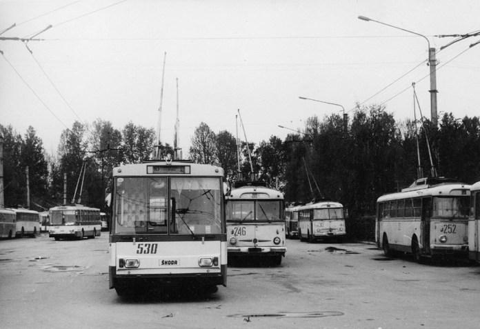 Наприкінці 1980-х років у Львові іще експлуатувалися тролейбуси «Skoda 9Tr18», виготовлені у 1972 році. На фото можна побачити тролейбуси № 246, 252 і 315 цієї модифікації, а також нові тролейбуси «Skoda 14Tr02/6». 1989 р. Автор фото – Ааре Оландер