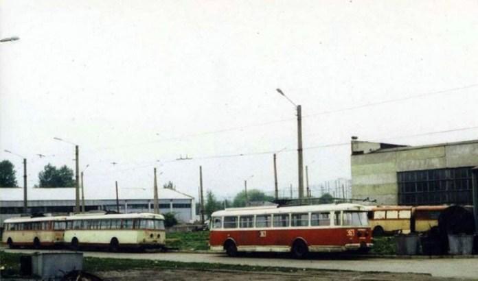 Тролейбуси «Skoda 9Tr» в очікуванні ремонту на Львівському трамвайно-тролейбусному ремонтному заводі. 1989 р. Машина № 363 – львівська, інші машини – із Тернополя і Маріуполя