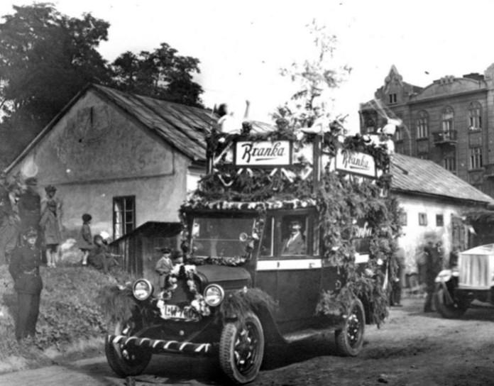 """Рекламний автомобіль """"Бранки"""" на теренах казарм Фердинанда"""
