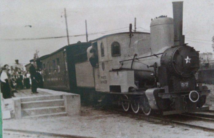 """Старий паровоз рушає з перону станції """"Партизанська"""""""