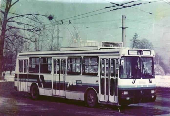 Експериментальний тролейбус ЛАЗ-52522 (прототип) під час випробувань у Львові на вул. 700-річчя Львова (нині – проспект Чорновола). 1993 р.;
