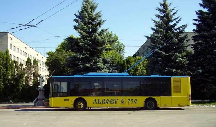 Перший львівський тролейбус ЛАЗ Е183D1 № 100 на території тролейбусного депо