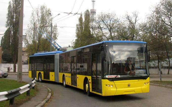 Перший тролейбус моделі ЛАЗ Е301D1 (заводський № 2) під час випробовувань у Києві. 17 жовтня 2006 р.