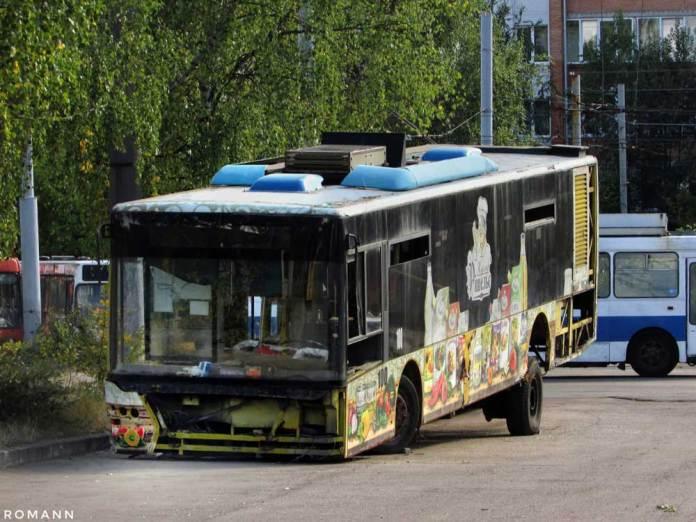 Перший львівський тролейбус ЛАЗ Е183D1 № 100 уже ніколи не повезе пасажирів – хоча машина у 2017 році пройшла середній ремонт, у 2019 вона зупинилася через ушкодження несучої системи і стала «донором» запчастин. Автор фото – Роман Зарума