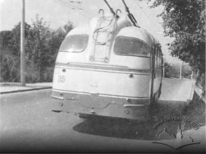 Тролейбус ЛАЗ-695Т з інв. № 115 працює на тролейбусному маршруті № 8 на вулиці Зеленій у Львові. 1964 р. Скріншот із відео