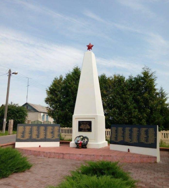 Братська могила в с. Велика Берестовиця. Білорусь, фото 2017 року