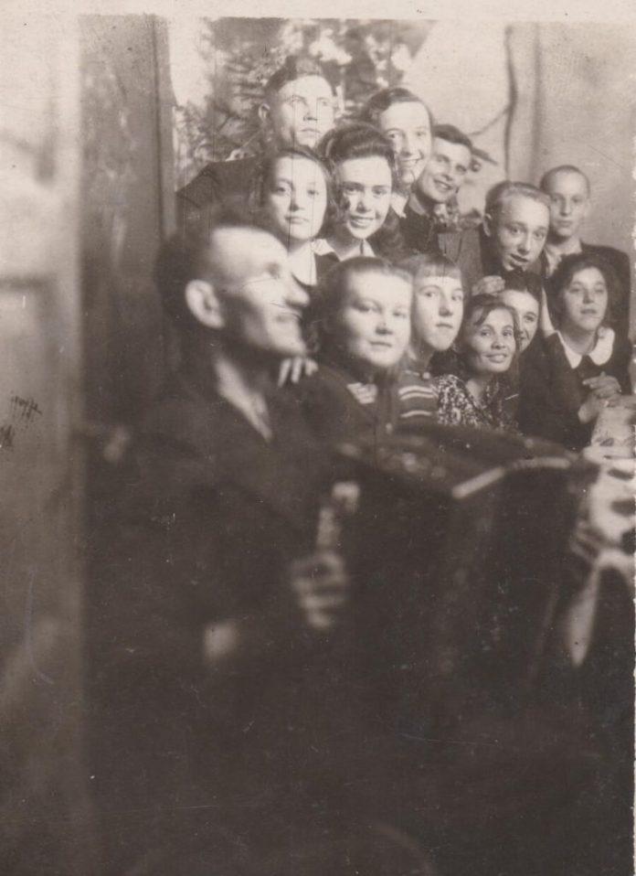 Молодь з вул. Пекарської, 1940-і роки