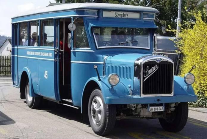 Ретро-автобус «Saurer» на вулицях Цюриха. Сучасне фото