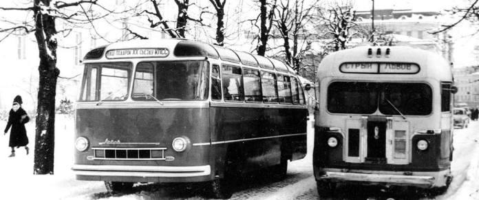 Перший автобус ЛАЗ-695 (зліва) та міжміський автобус ЗіС-155, що курсував на маршруті Стрий – Львів (справа). Фото 1956 р.