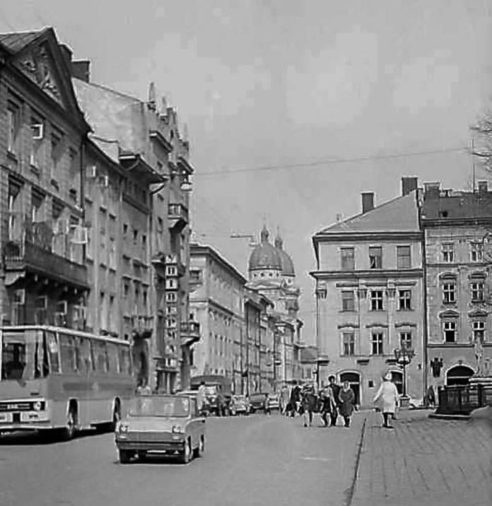 Автобус «Ikarus» на площі Ринок. Середина 1980-х рр.