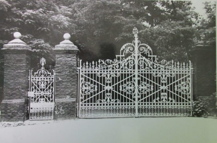 Кована брама і хвіртка ХІХ століття при головному вході на цвинтар. Фото кінця 1950-х