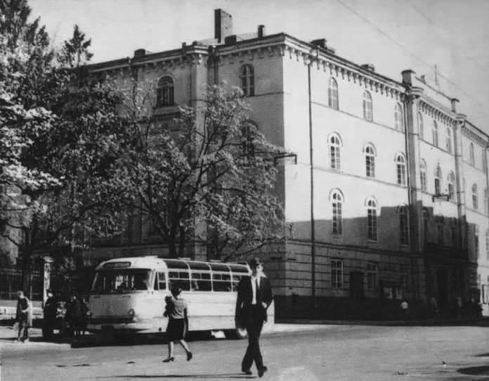 Автобус ЛАЗ-695Е на зупинці на вул. Театральній. У 1960-1970-х рр. вул. Театральна була проїзною для громадського транспорту. На цій вулиці знаходидися кінцеві зупинки міських автобусних маршрутів № 7 і 10, а також приміського маршруту № 60. Фото другої половини 1960-х рр.