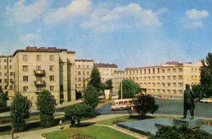 Площа Ярослава Галана (нині – пл. Є. Петрушевича) на якій у 1970 – 1990-х рр. була кінцева кількох автобусних маршрутів. На листівці видно автобус ЛіАЗ-677. Початок 1980-х рр