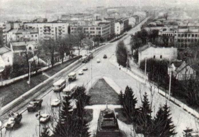 Вул. Личаківська із висоти пташиного польоту. На світлині можна побачити автобус ЛАЗ-695Н (ймовірно, маршруту № 19), який підіймається вгору і автобус ЛіАЗ-677 (ймовірно, маршруту № 7), який рухається в сторону центру. Кінець 1970-х рр.