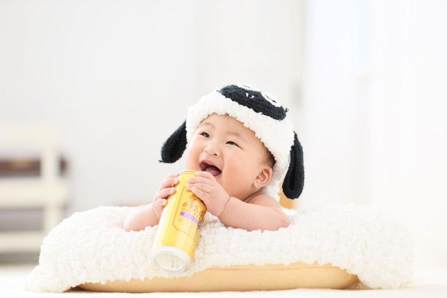 羊の衣装を被ってニコニコしている赤ちゃん・お宮参り