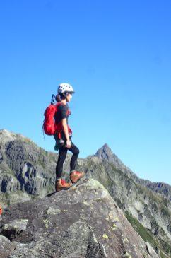 岩壁に立つ登山者