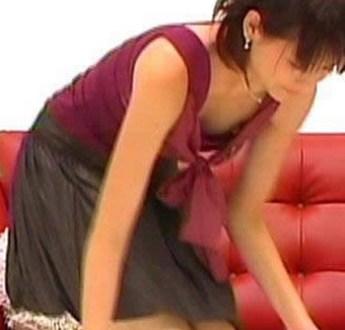 やべっち嫁・青木裕子アナの乳首が完全に見える胸チラ放送事故w