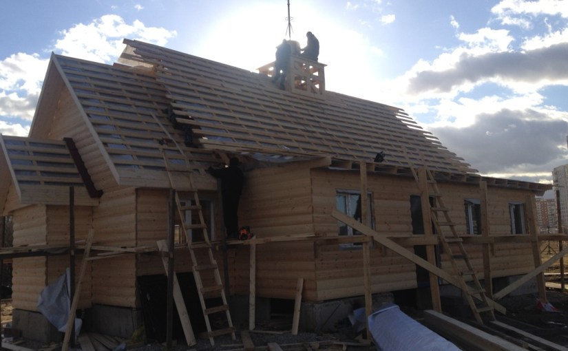 Возводим крышу и обшиваем стены храма