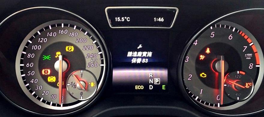 賓士汽車儀表板燈號解析,水溫表及轉速表的儀表總成。 instrument panel 儀表板是指前檔風玻璃以下的儀表面板,汽車儀表板圖示分析檢測