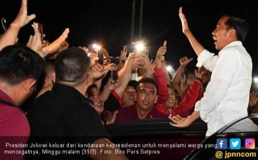 Mobil Presiden Jokowi Dicegat Warga di Tengah Jalan - JPNN.COM