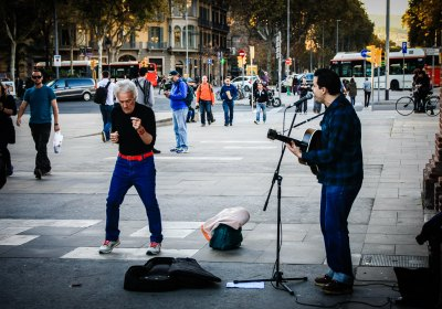 Straßenmusiker mit Fan