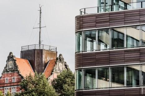 Im Anschnitt der Astraturm, in dem Gebäude links residiert der Deutsche Wetterdienst in Hamburg