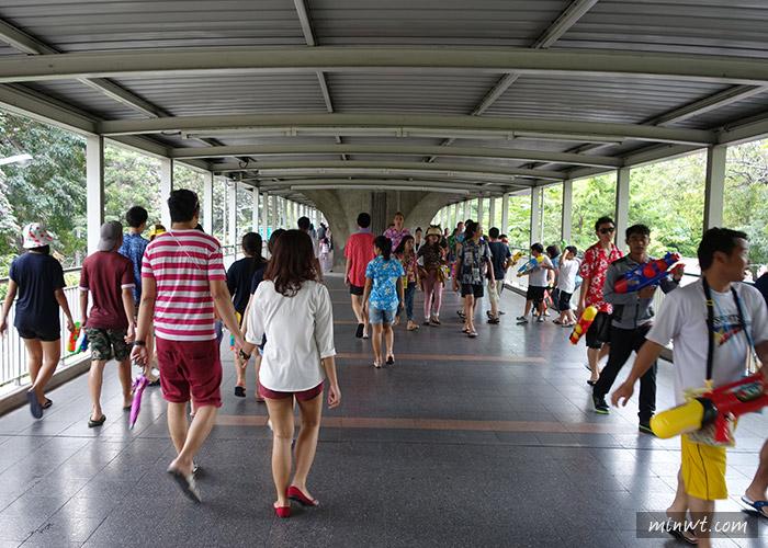 傳說中的挨踢部門-『泰國曼谷自助行』曼谷潑水節 CentralWorld 時尚歡樂潑水泡沫趴